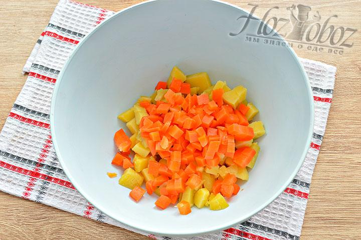 Кубиками нарезаем морковку