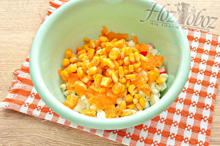 Добавляем консервированную кукурузу
