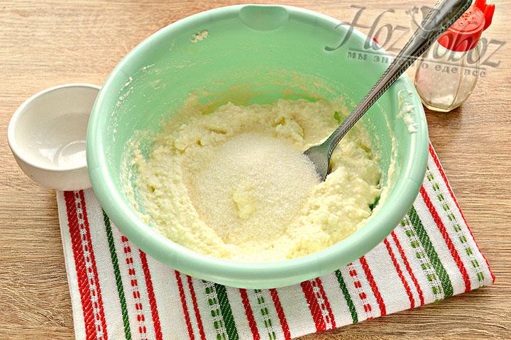 Добавляем сахар, солим