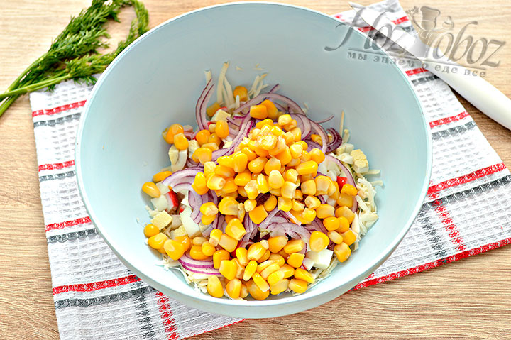 Добавляем к ингредиентам консервированные зерна кукурузы