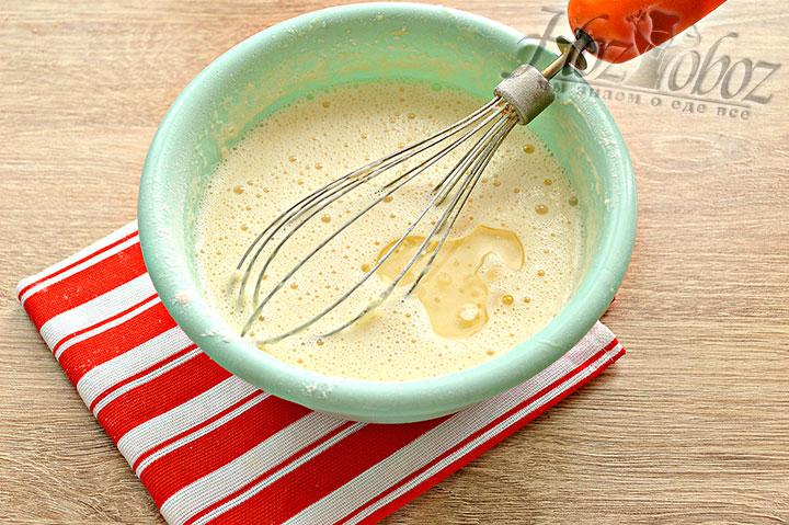 В готовое блинное тесто вливаем маслице