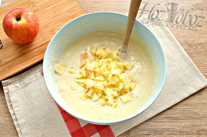 Яблоки выкладываем в тесто