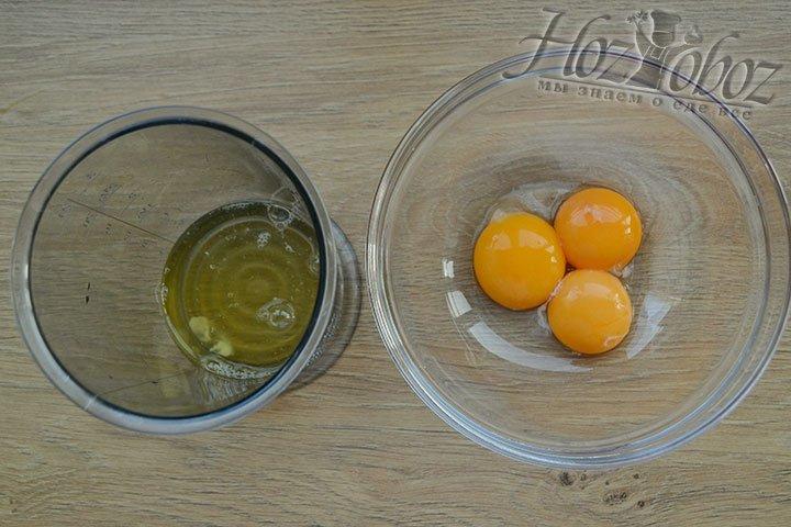 Берем охлажденные яйца и отделяем белки от желтков. Белки сразу взбиваем, а желтки пока оставляем в миске