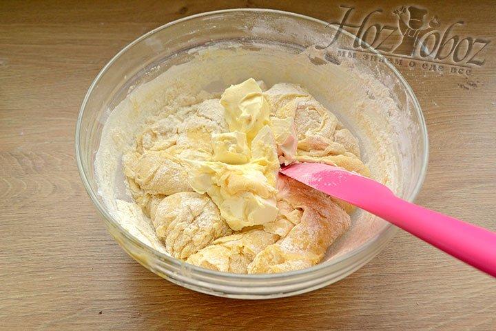 Вводим в тесто жиры – масло и маргарин.