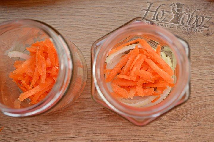 На дно банки кладем немного измельченной моркови.