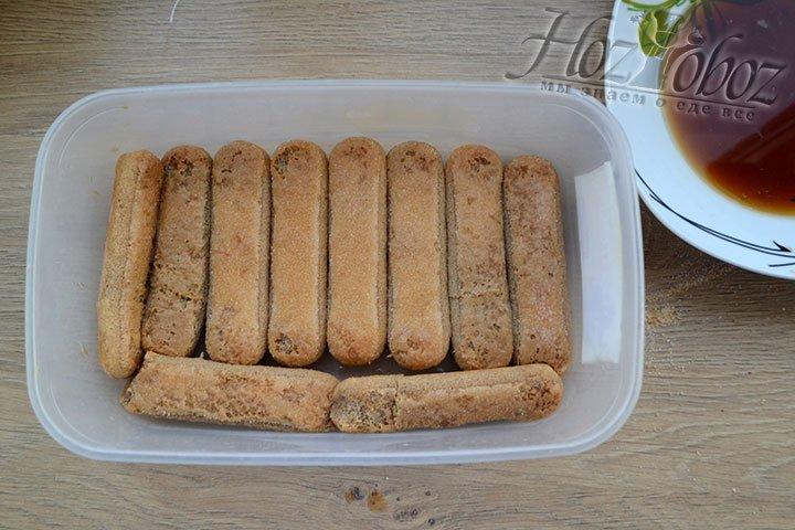 Печенье Савоярди окунаем в кофе одной стороной и укладываем в емкость с бортиками