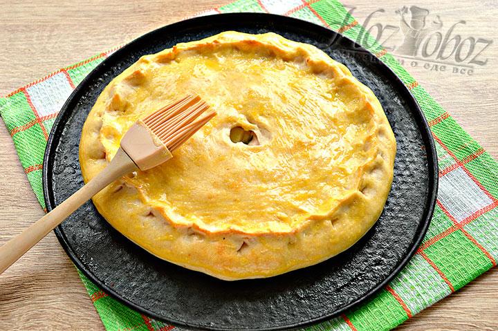 Пирог смазываем яйцом