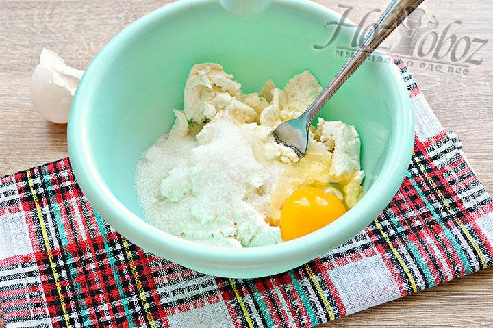 Разбиваем к ингредиентам куриное яйцо