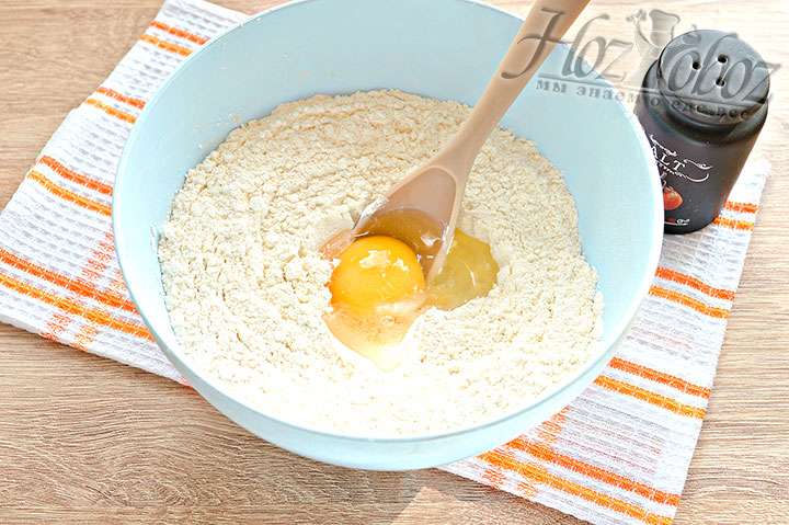 Солим, добавляем яйцо