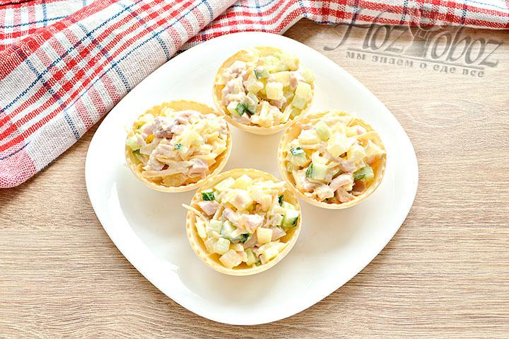 Тарталетки наполняем салатом