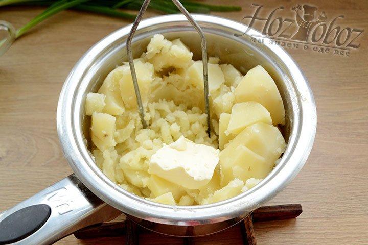 Измельчаем в пюре вареный картофель, предварительно слив всю воду.