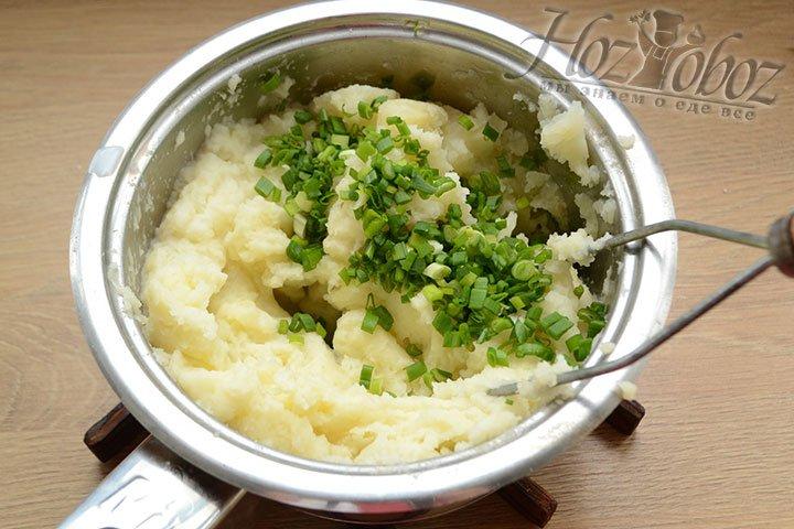 Добавляем молоко, соль и мелко нарезанный зеленый лук.