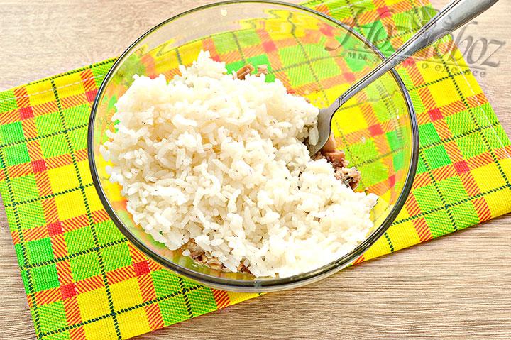 Выкладываем рис к рыбе