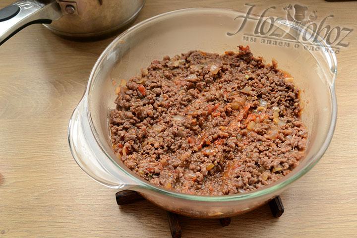 Выкладываем мясную начинку на дно посуды, в которой он будет выпекаться.