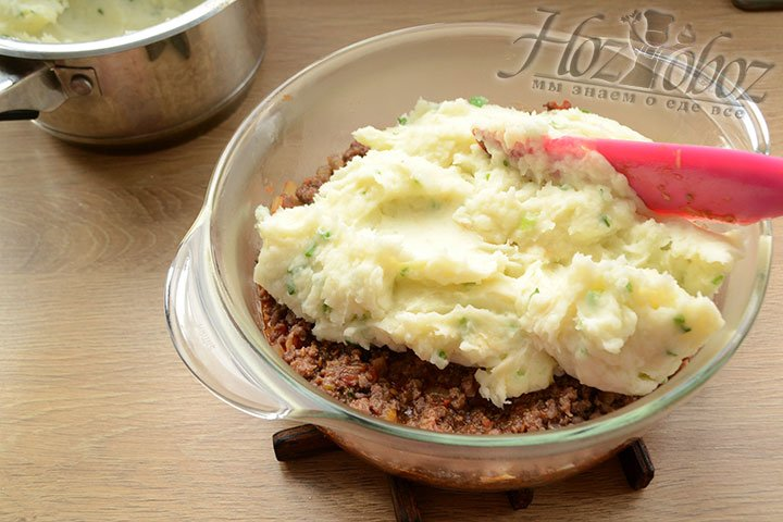 Мясной слой накрываем картофельным слоем, распределив его равномерно.