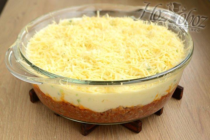 Сыр натираем на мелкой терке и выкладываем поверх картофеля.