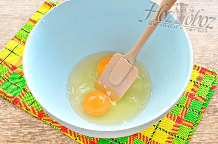 В миску разбиваем куриные яйца