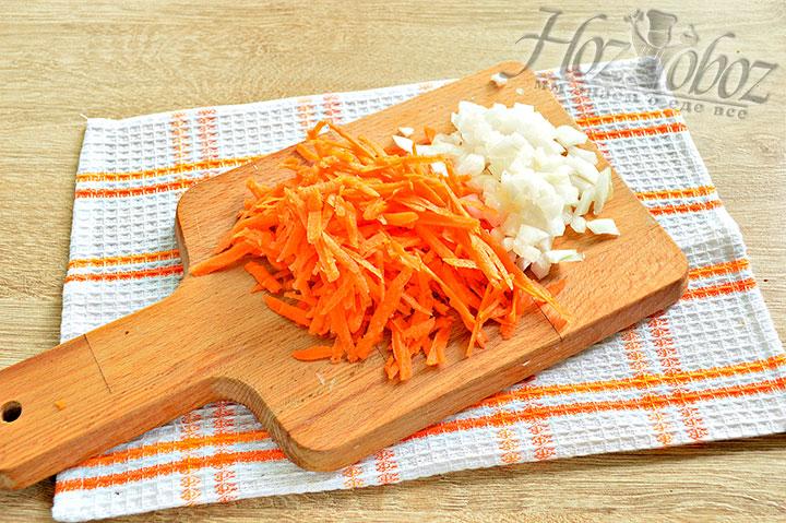 Измельчаем морковку с луком для начинки