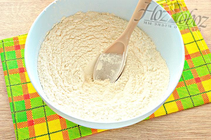 В миску просеиваем муку с солью