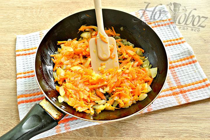 Пассируем лук с морковью