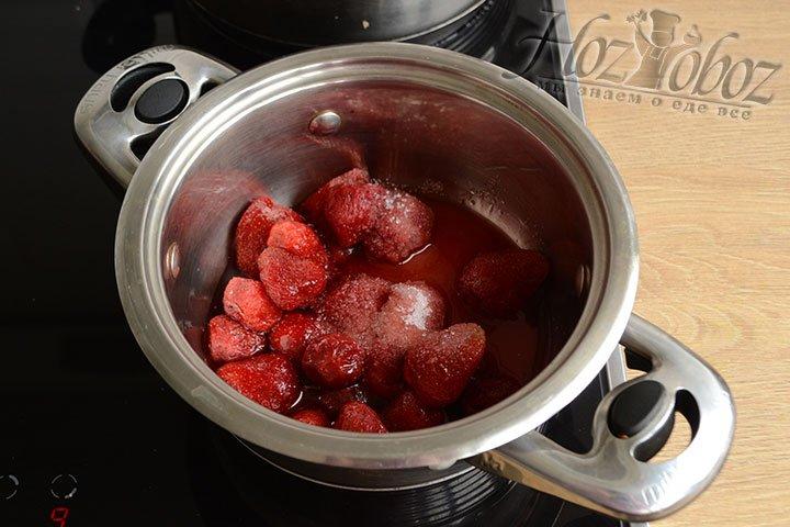 Клубнику и сахар перекладываем в кастрюлю и нагреваем на среднем огне до закипания.