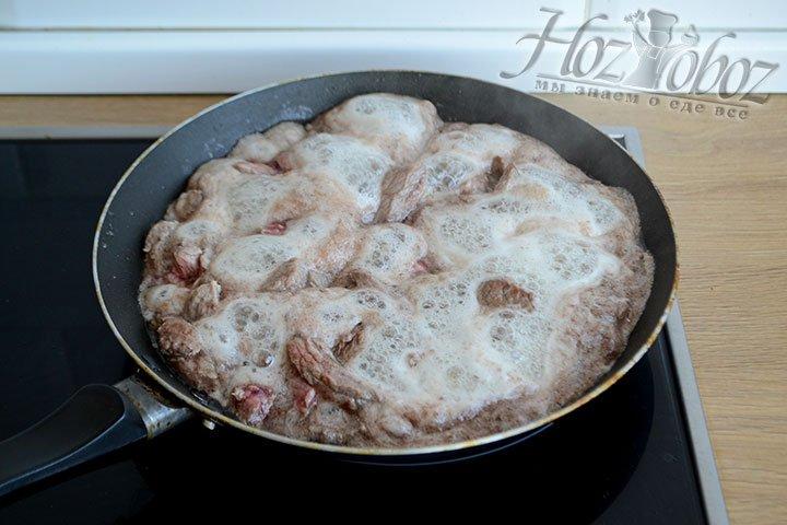 Обжариваем мясо на среднем огне до выпаривания сока.