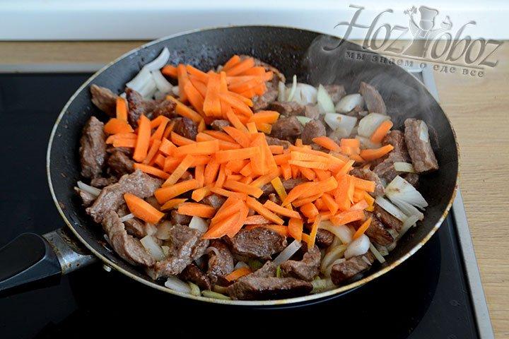 Морковь нарезаем брусочками и обжариваем вместе с мясом и луком до мягкости 5-7 минут.