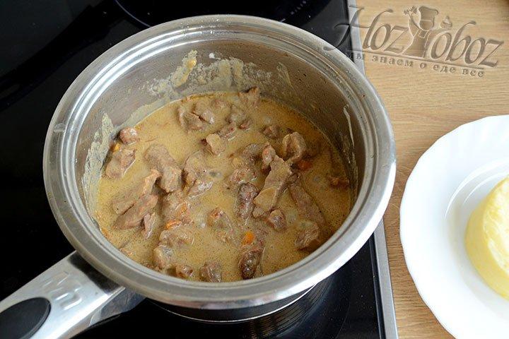 Спустя полчаса мясо стало мягким и приобрело нежный сливочный вкус.