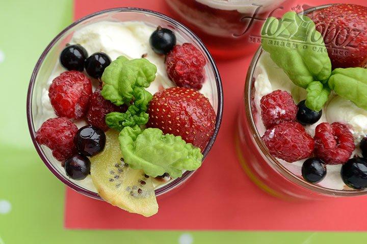 Украшаем десерт ягодами, фруктами и зеленью.