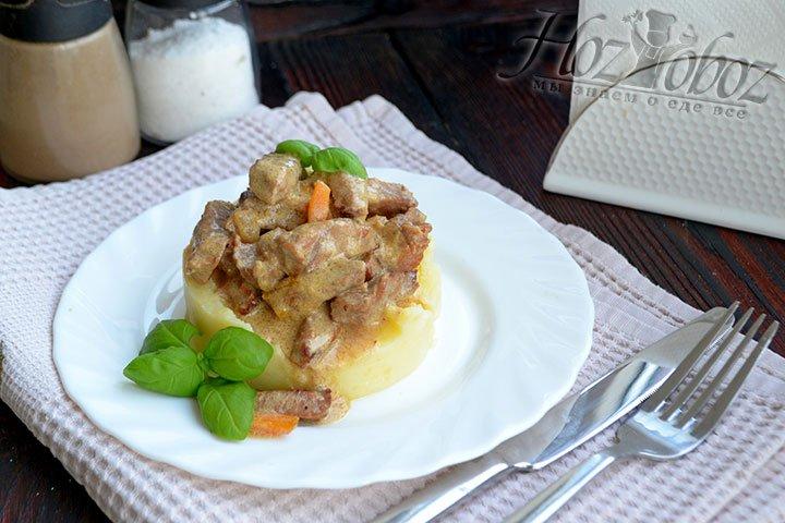 Украшаем блюдо свежей зеленью.