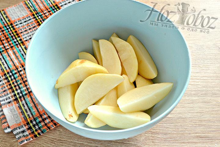 Нарезаем картофель на части