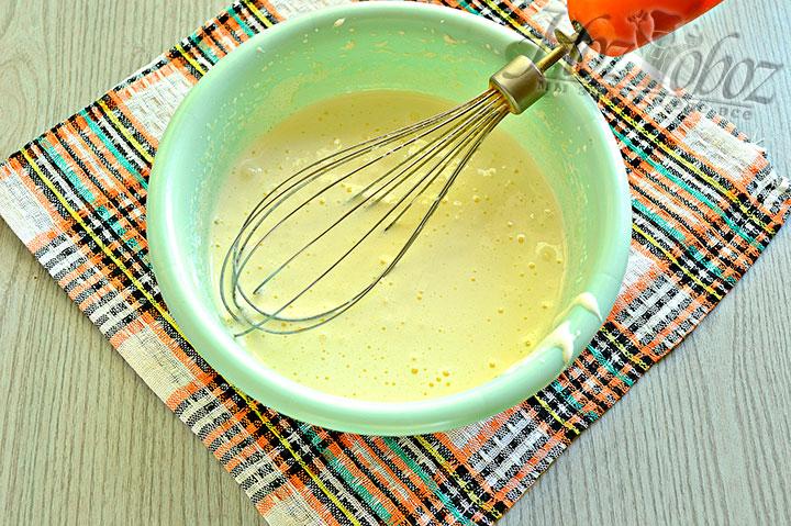 Перемешиваем миксером сахар с яйцами.