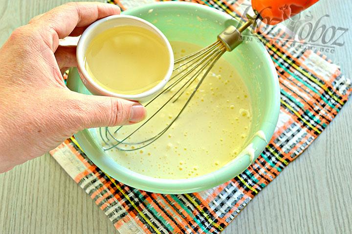 Вливаем растительное масло.