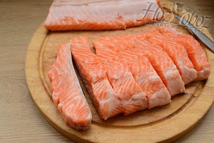 Рыбу подготавливаем, очищаем от кожи, костей и нарезаем на поперечные кусочки.