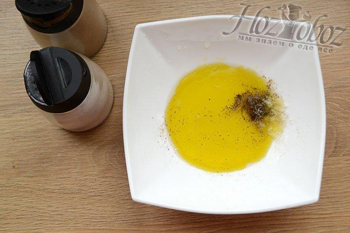 Готовим маринад. Смешиваем оливковое масло, соль, перец и лимонный сок.