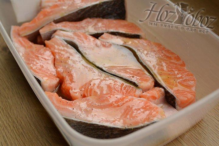 Смешиваем рыбу с маринадом и оставляем в холодильнике минимум на 30 минут.