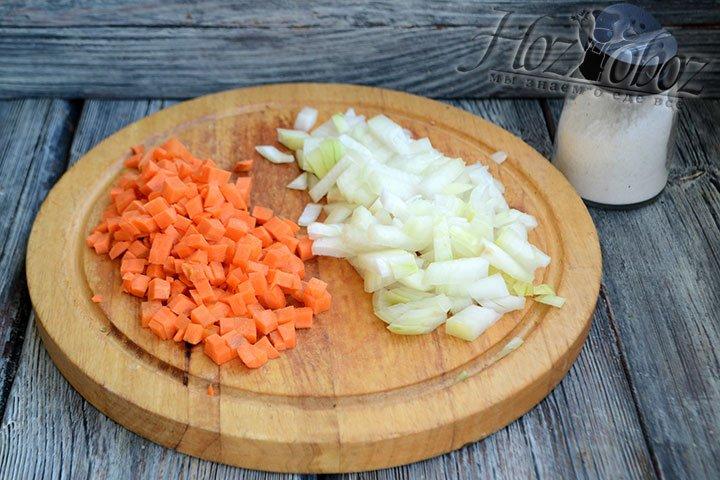 Нарезаем лук и морковь кубиками.