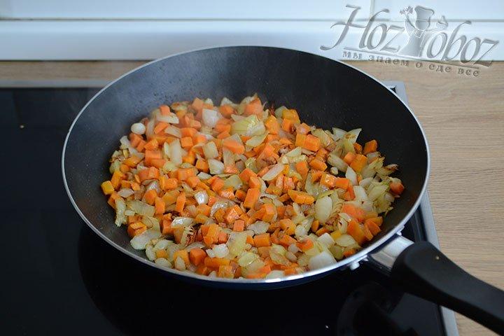 Обжариваем морковь и репчатый лук на растительном масле до мягкости.