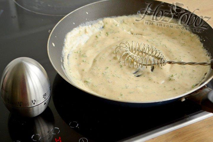 Белый соус снимаем с огня и добавляем мелко нарезанную зелень.