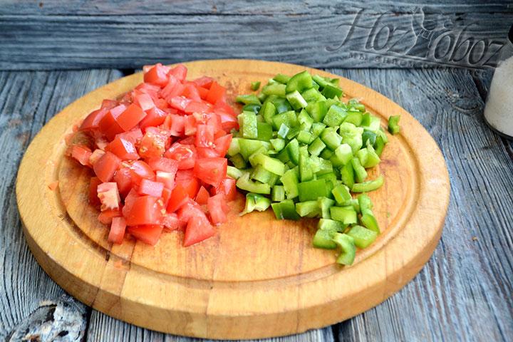 Нарезаем кубиком томаты и сладкий перец.