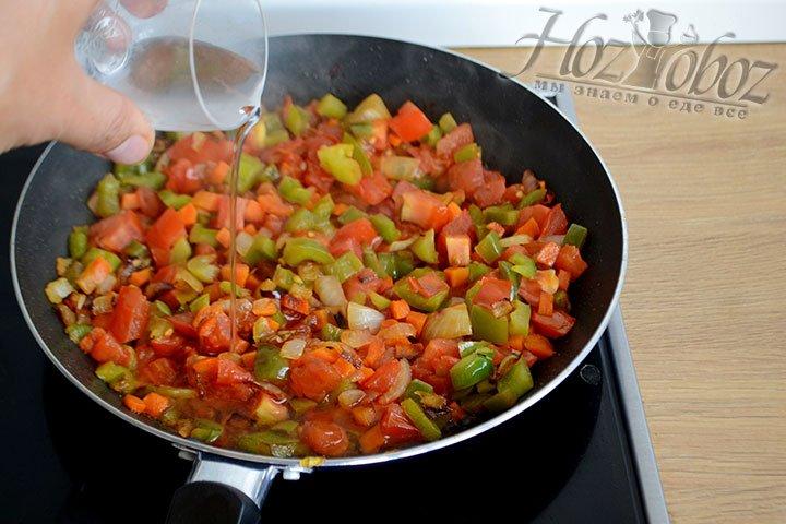 Влейте в сковороду к овощам уксус и выключите огонь.