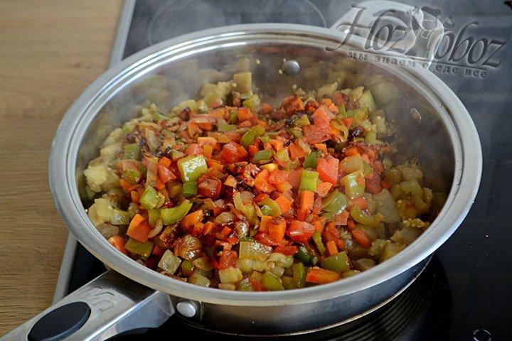 Содержимое сковороды с овощами перекладываем к баклажанам и перемешиваем.