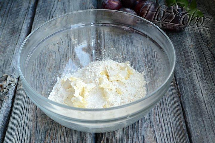 Кладем в миску нарезанное сливочное масло и перетираем в крошку.