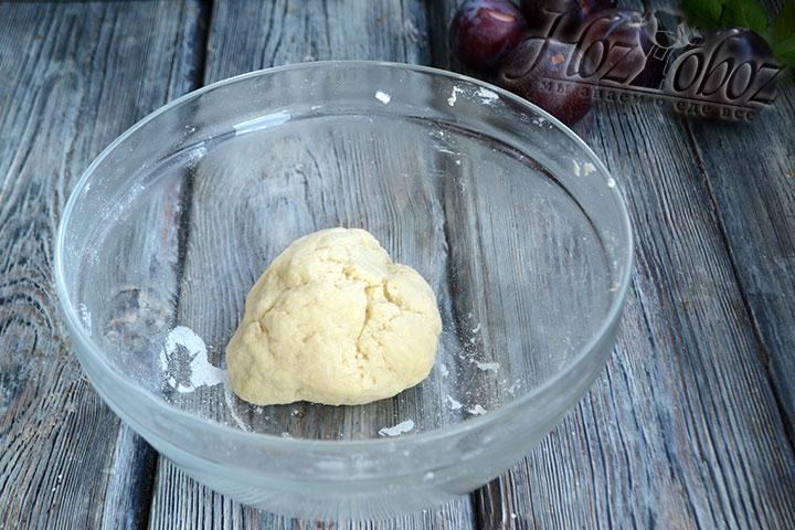 Замешиваем тесто в податливый комок и кладем его на 10 минут в холодильник.