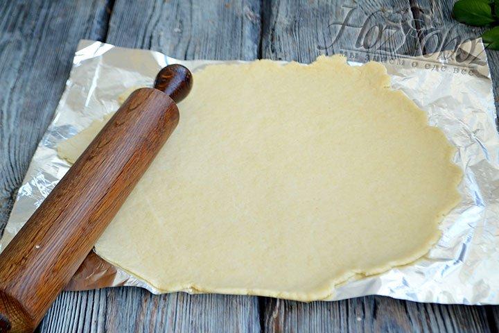 Раскатываем тесто скалкой в круг диаметром 30-35 см.