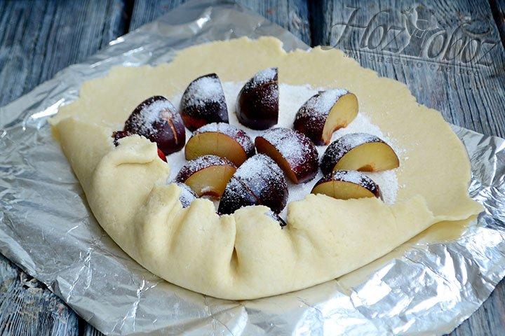 Края теста подгинаем к центру, формируя бортики пирога.