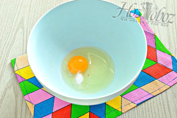 К яйцу добавляем соль.