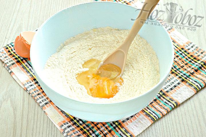 Добавляем яйцо и растительное масло.