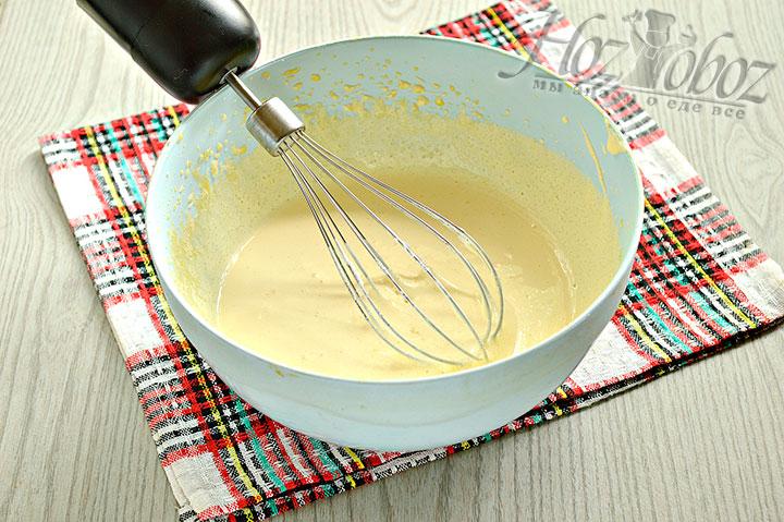 Взбиваем ингредиенты в миске.