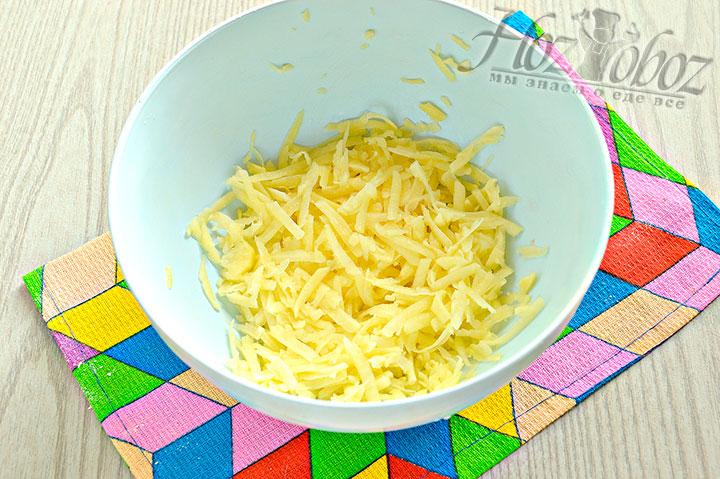Измельчаем теркой картофель.